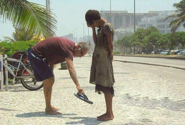 мужчина подарил ребенку обувь