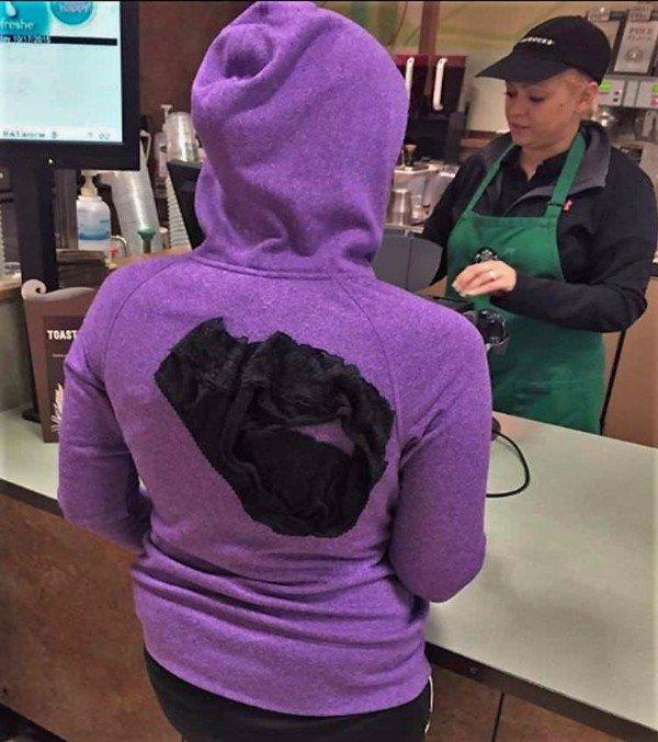 девушка в кофте с капюшоном