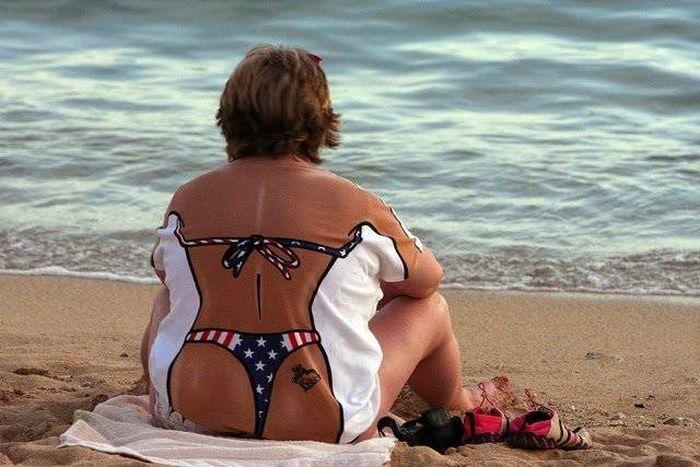 женщина в футболке на пляже