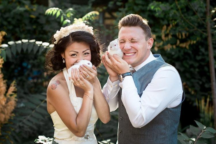 невеста и жених обнимают кроликов