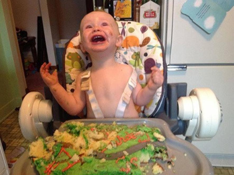 ребенок с тортом