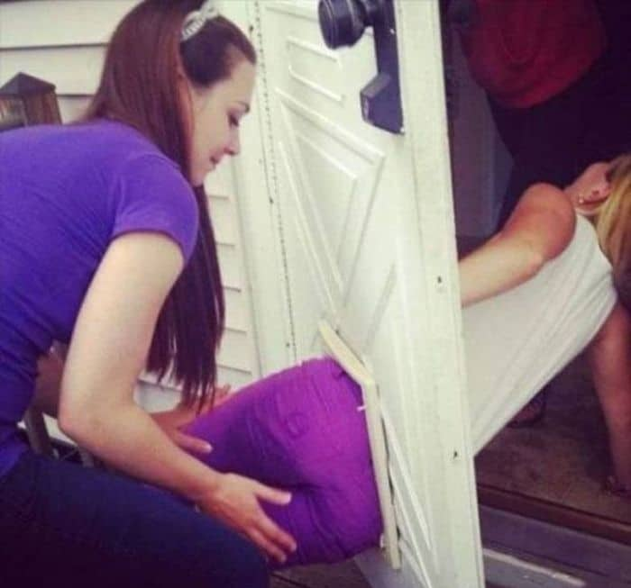 девушка застряла в двери