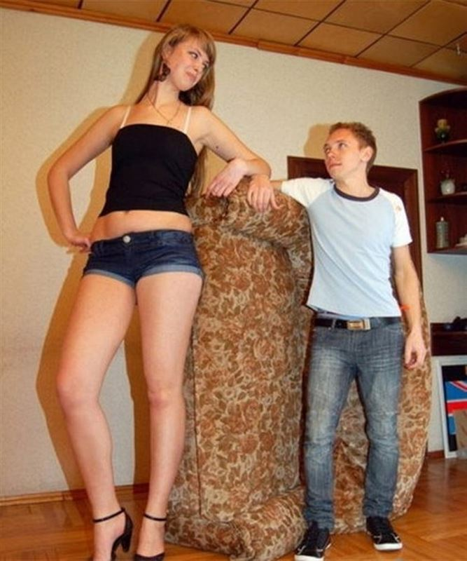 высокая девушка смотрит на парня