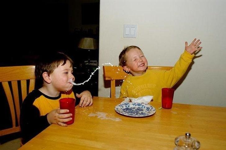 дети кушают