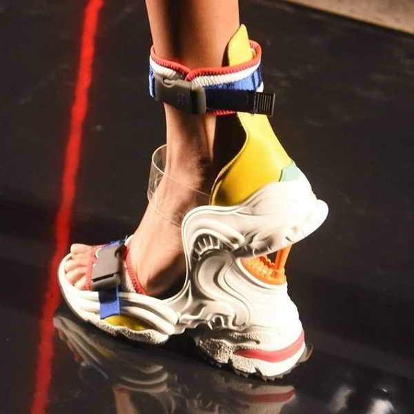 сандалии на платформе