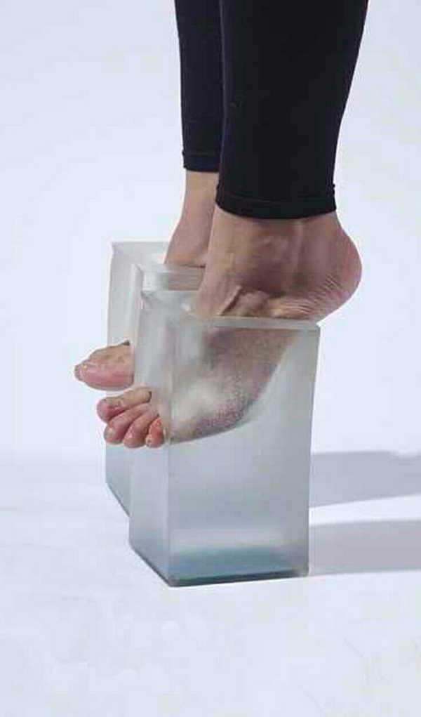 ноги девушки в кубиках льда