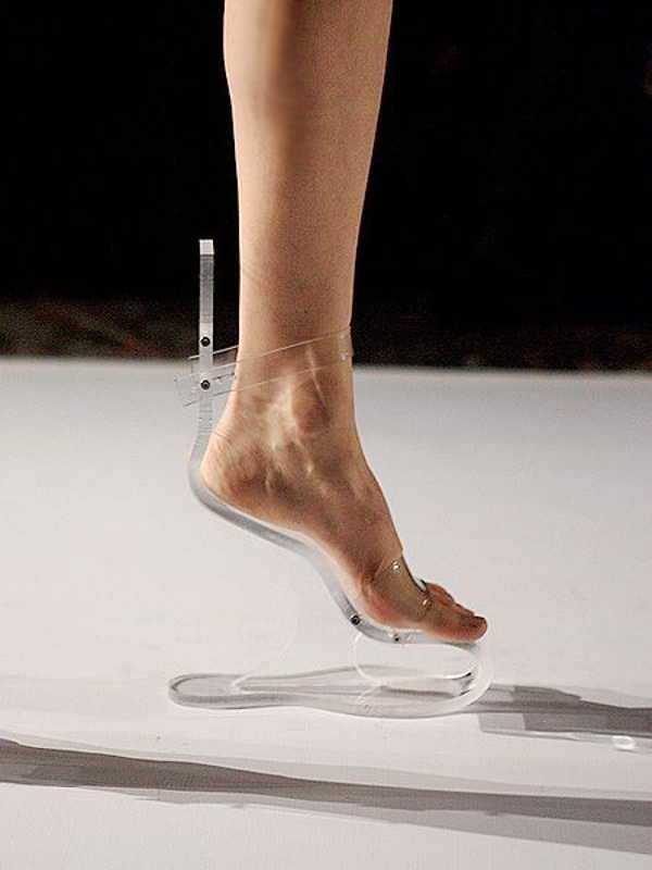 прозрачная обувь на ноге
