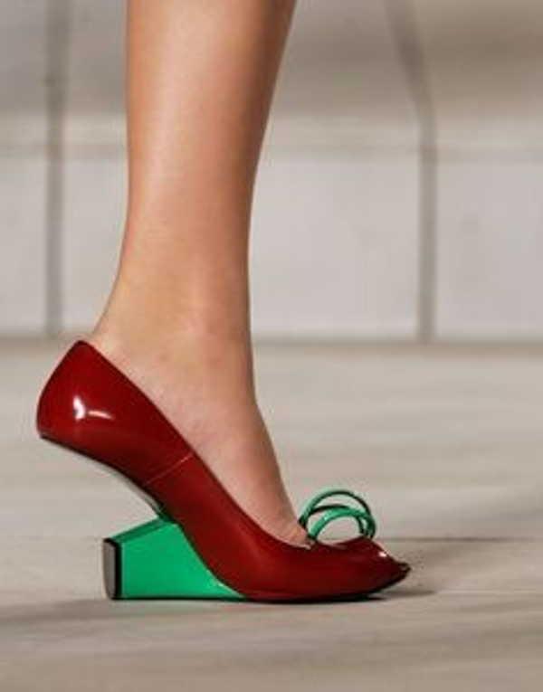 красные туфли на зеленом каблуке