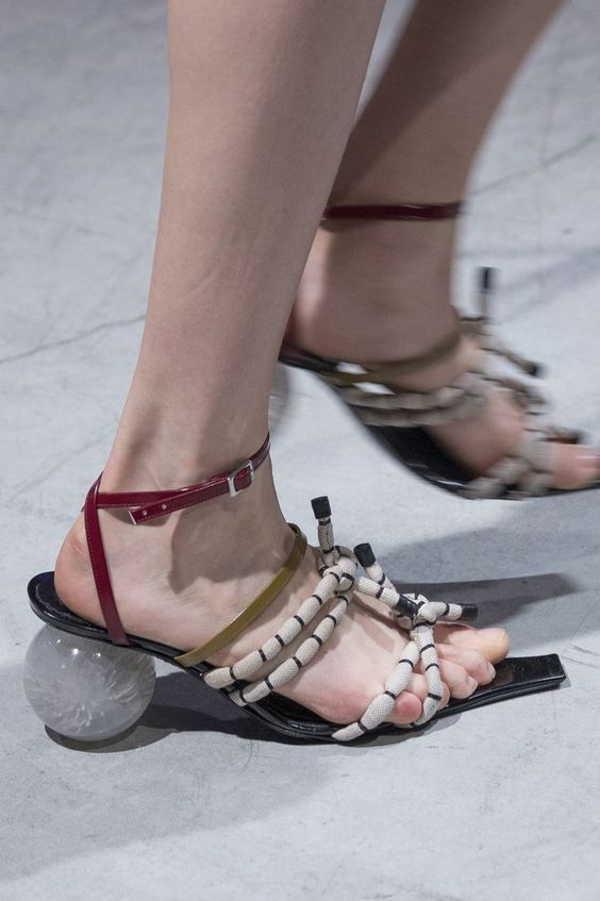 сандалии с шарами вместо каблуков