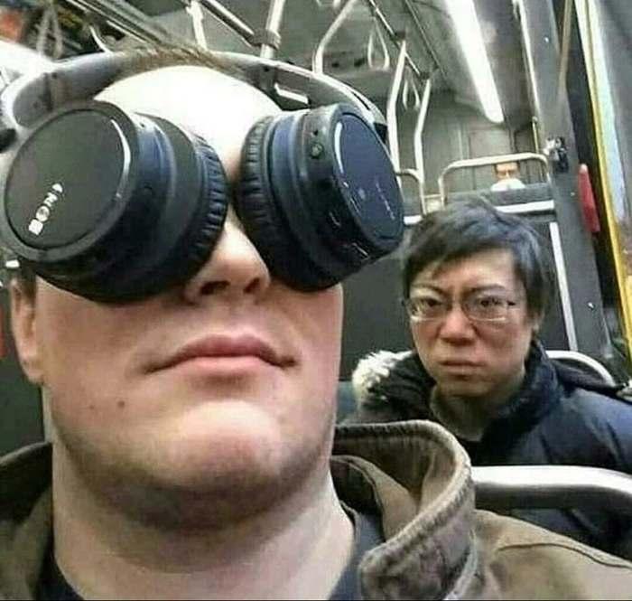 парень с наушниками на глазах