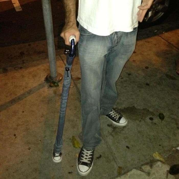 мужчина с зонтом тростью