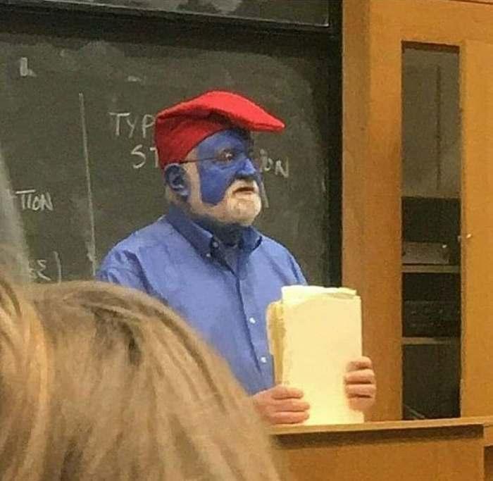 преподаватель  с синей краской на лице
