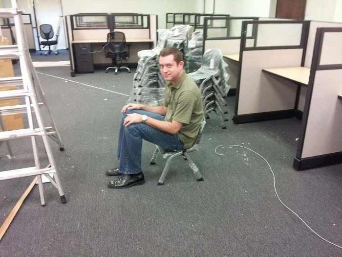парень сидит на низком стуле