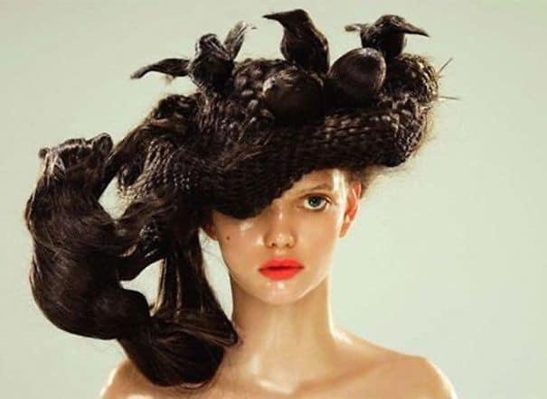 девушка с гнездом из волос