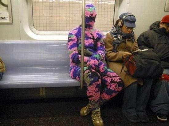 человек в вязаном костюме