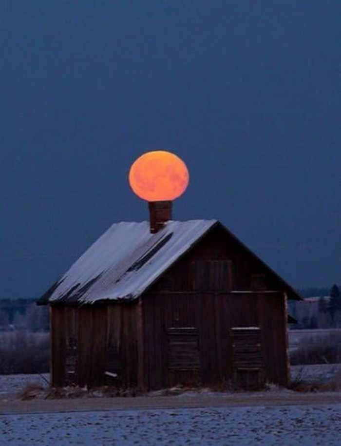луна и домик