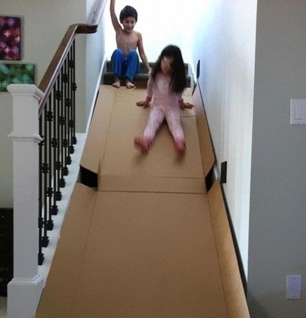 Лестница покрыта картоном