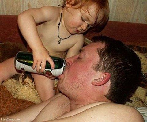 Ребенок поит отца пивом