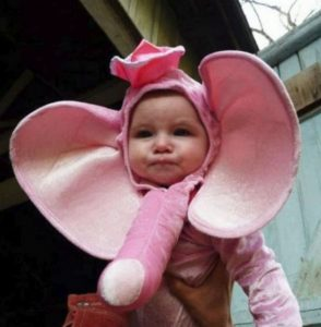 девочка в костюме розового слоненка