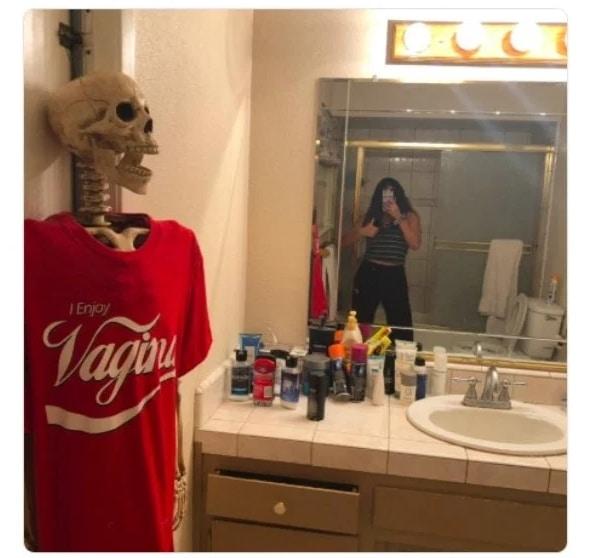 скелет в красной футболке