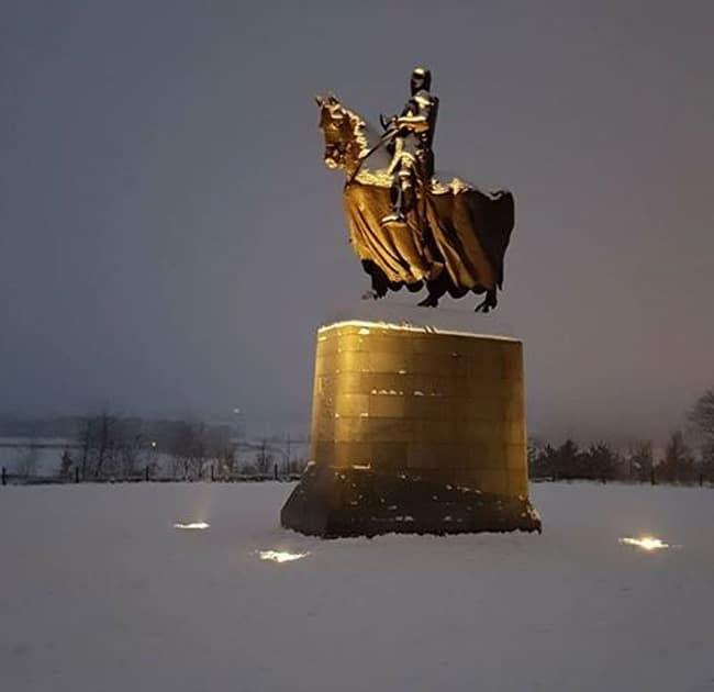 заснеженный памятник