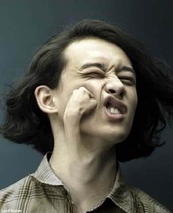 парень с кулаком на лице