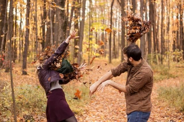 пара кидается листьями