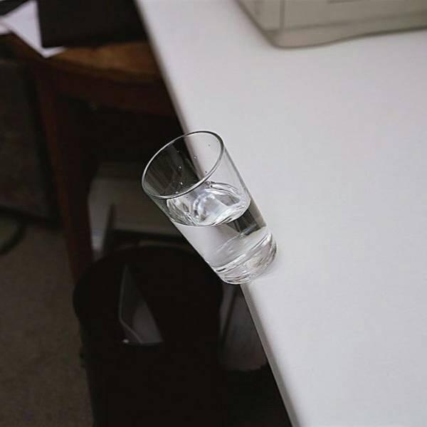 стакан с водой падает