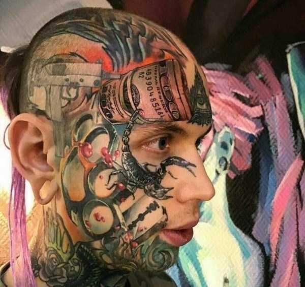 парень с цветными татуировками на лице