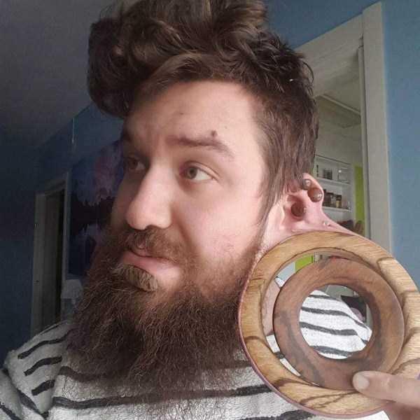 бородатый парень с кольцом в ухе