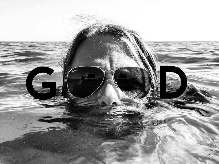 Мужчина плавает в очках