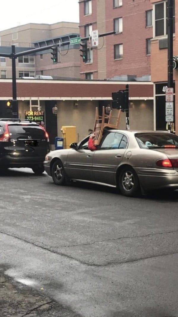 водитель со стулом в руке