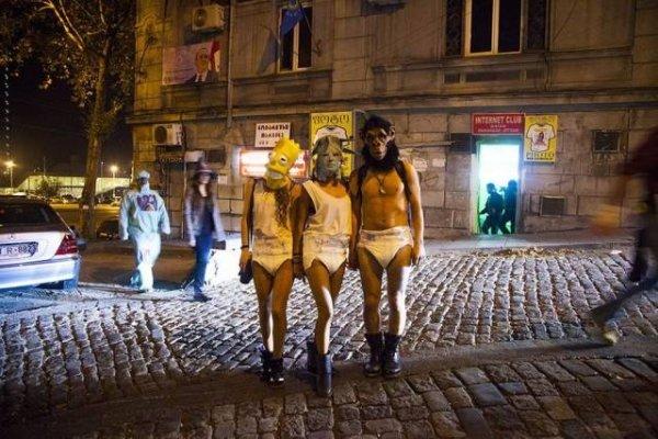 люди в памперсах и масках на улице