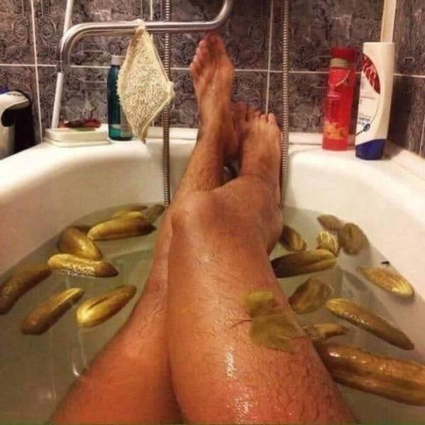 мужчина принимает ванну с огурцами