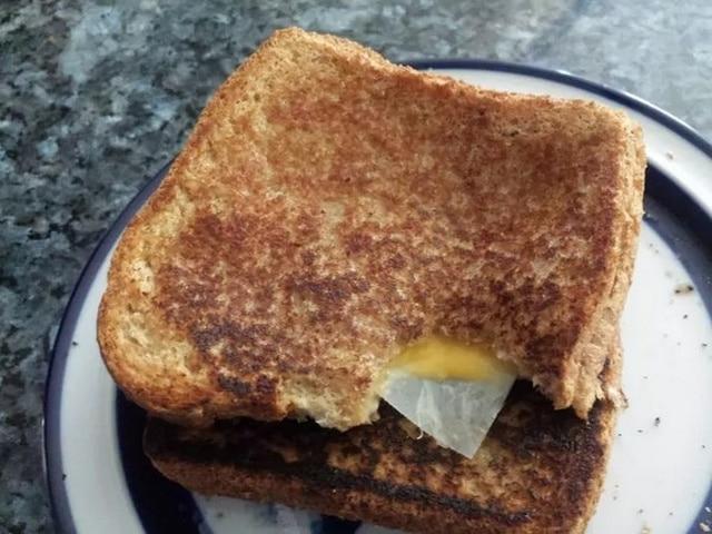 сендвич на тарелке