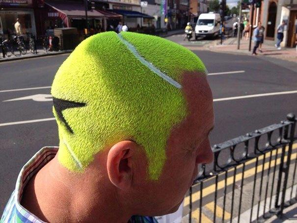 парень с зелеными волосами