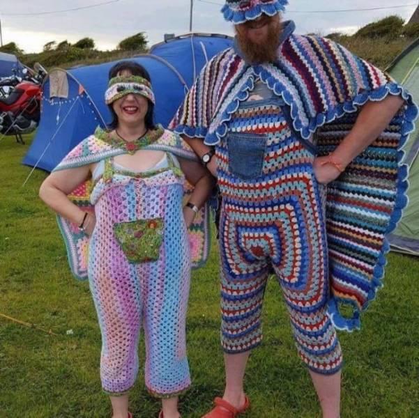 пара в вязаной одежде