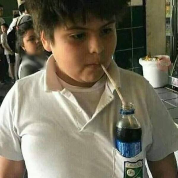 мальчик пьет напиток через трубочку