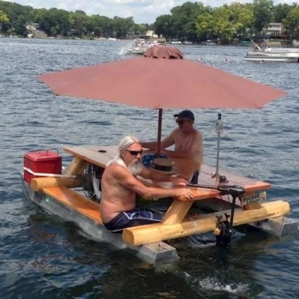 мужчины на плавучей беседке