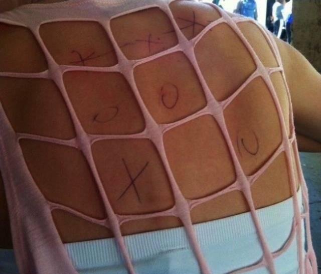 крестики нолики на спине девушки
