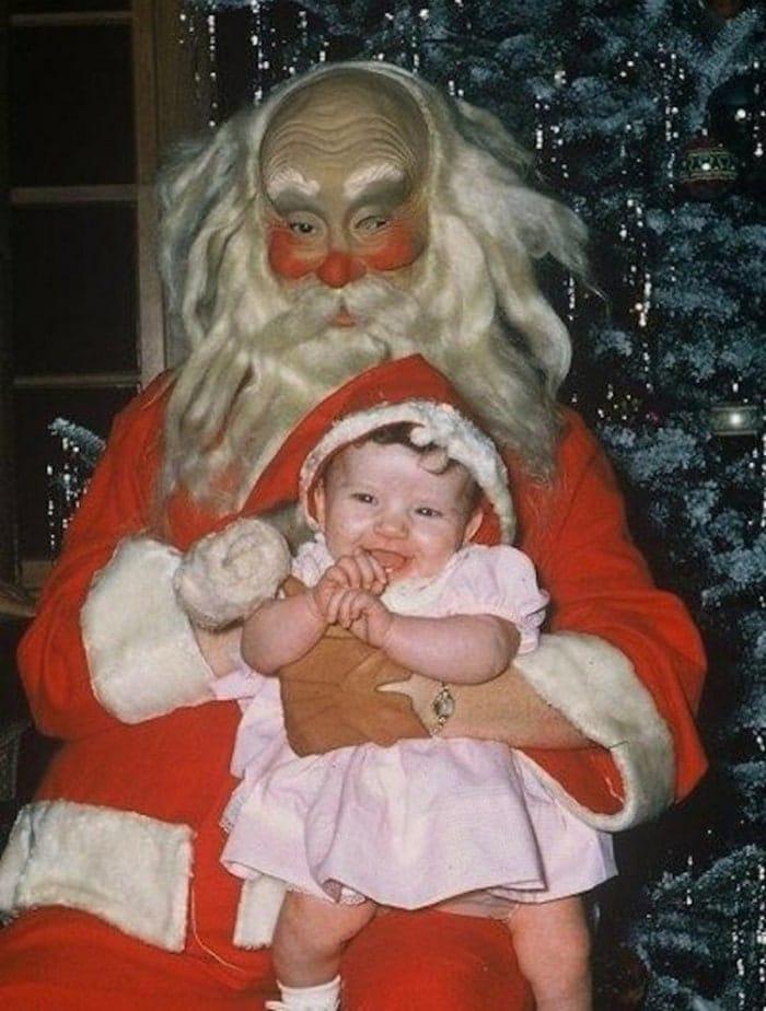 дед мороз с маленькой девочкой на руках