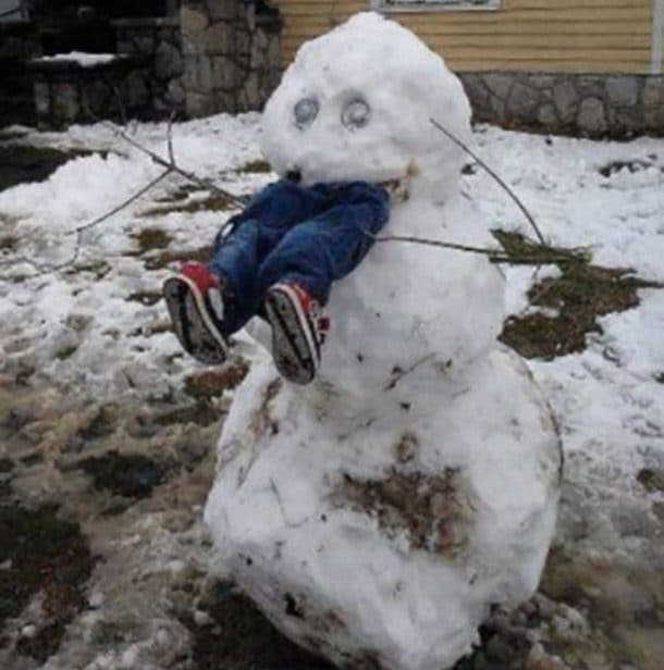 Снеговик ест человека