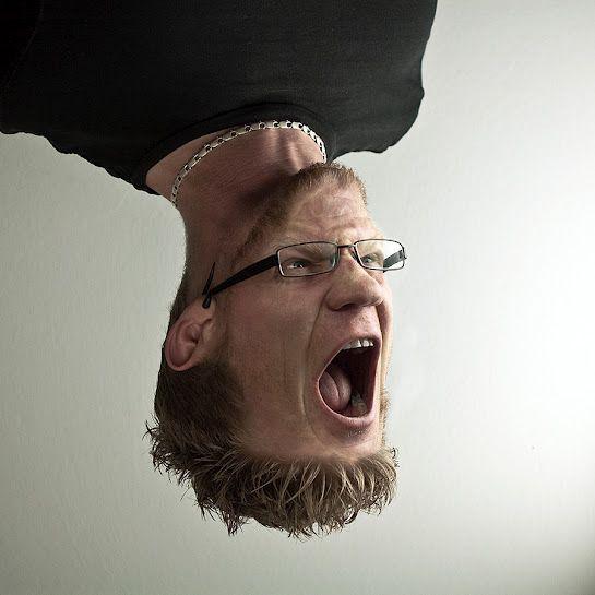мужчина с лицом вверх ногами