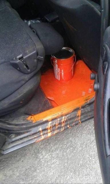 краска разлилась в автомобиле