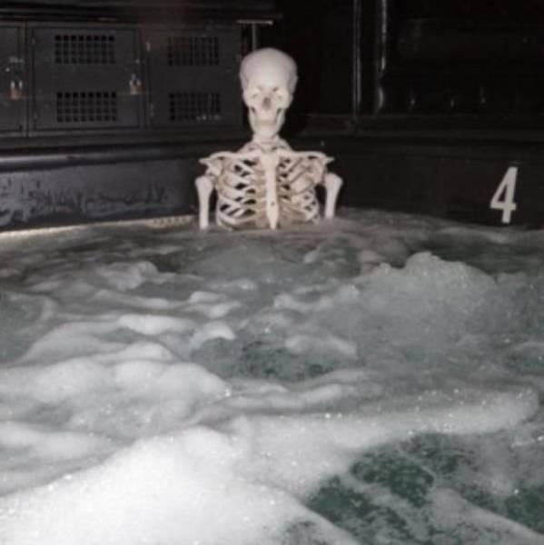 скелет в джакузи