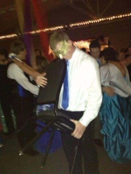 парень танцует со стулом