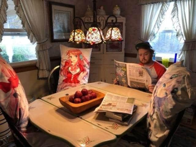 мужчина читает газету в одиночестве