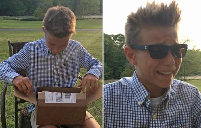 парень открывает коробку