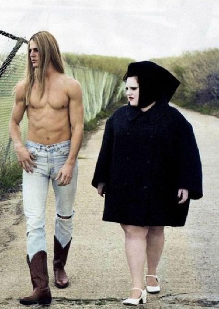 мускулистый парень и девушка в черном балахоне