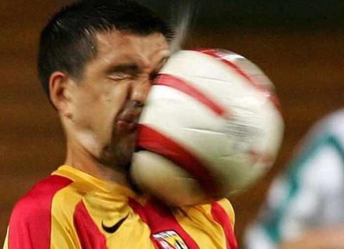 футболист получил по лицу мячом